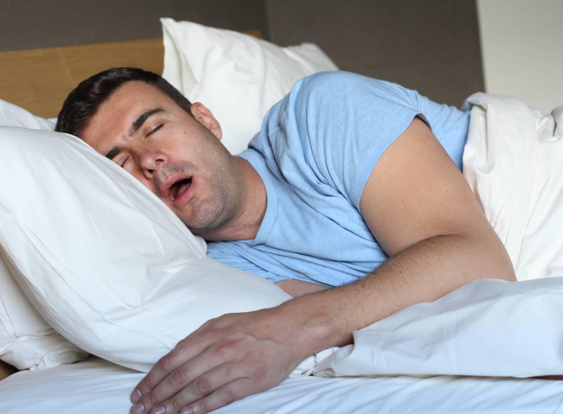 Zašto po noći slinimo i na koje načine možemo riješiti problem