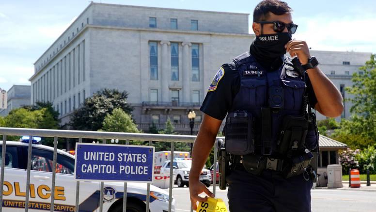 Evakuirali Capitol zbog dojave o bombi u sumnjivom kamionetu. Policija pregovara s vozačem?