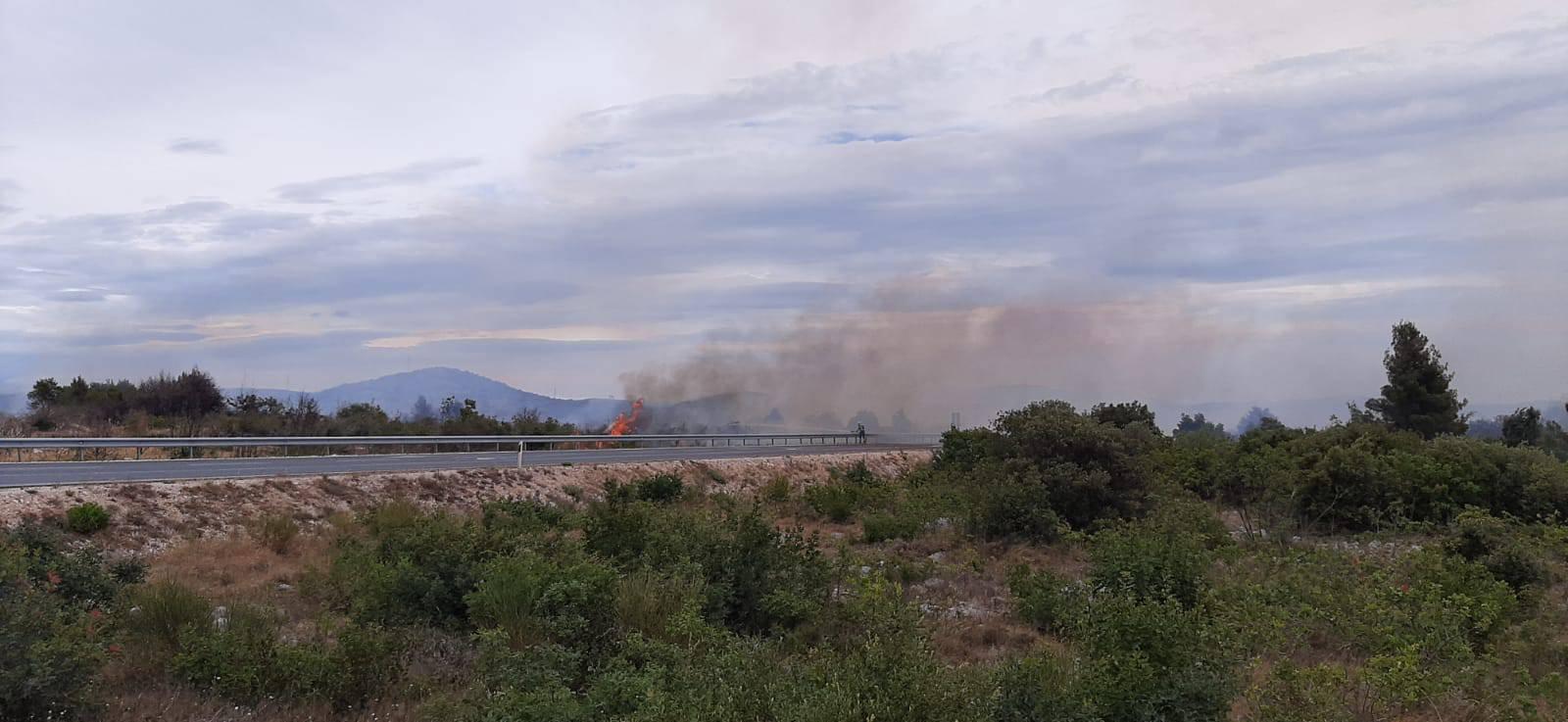 Gori kod Vodica: 'Magistrala je zatvorena, sve je puno dima'