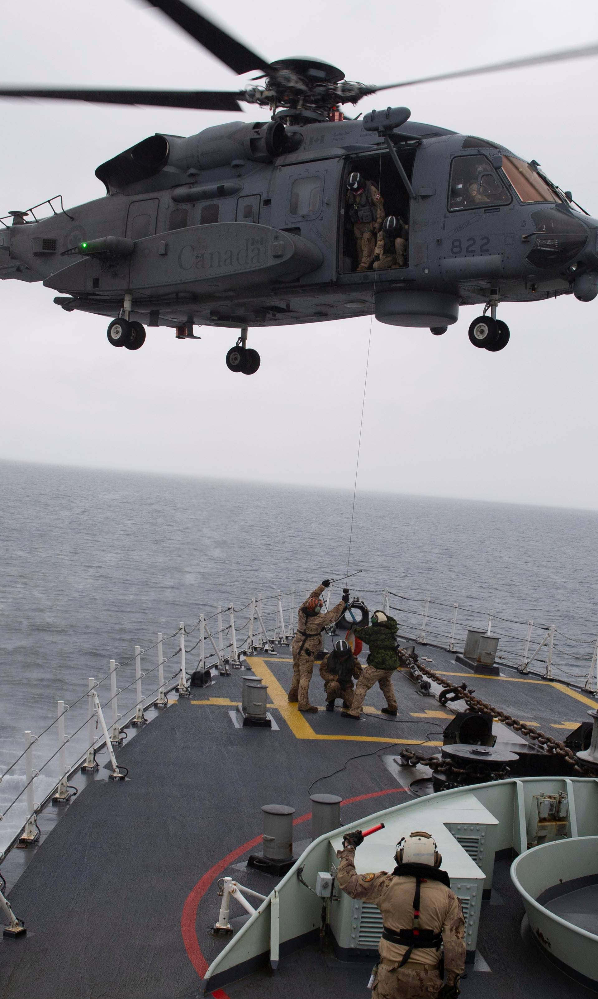 Air Detachment members aboard HMCS Fredericton conduct a transfer training exercise during Operation Reassurance