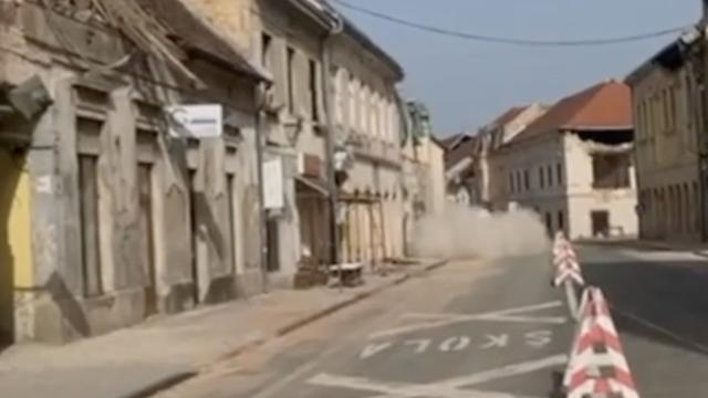 Dramatični video: U Petrinji je nakon potresa pao dio zgrade!