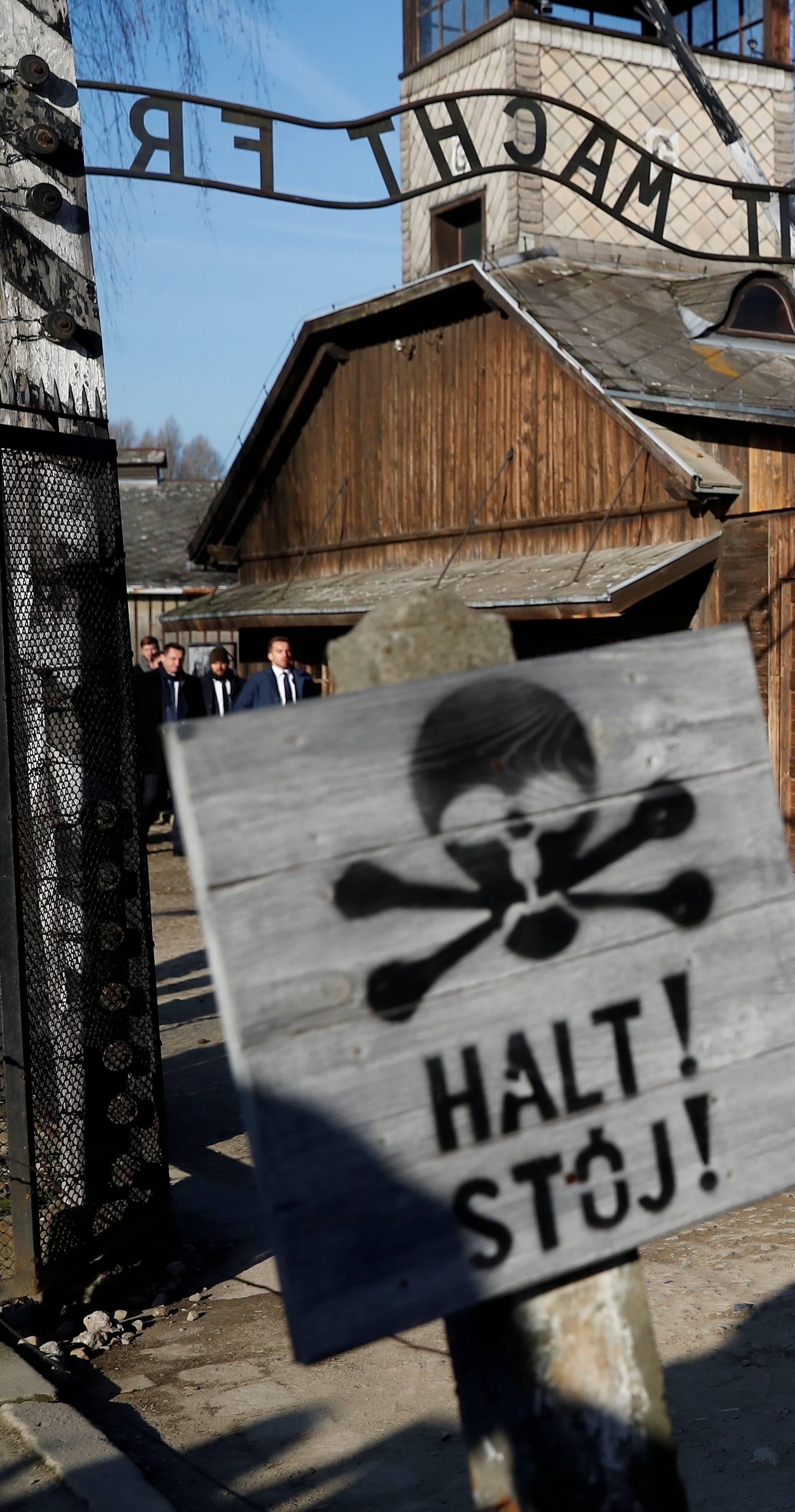 Video: Merkel se u Auschwitzu jako tresla i gubila ravnotežu