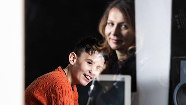 Mama Ana i sin Mark izrađuju videolekcije za škole o tome kako se radi glazba na računalu