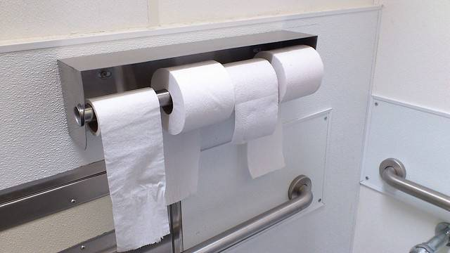 Ovo je pravilan način kako se stavlja rola WC papira na držač