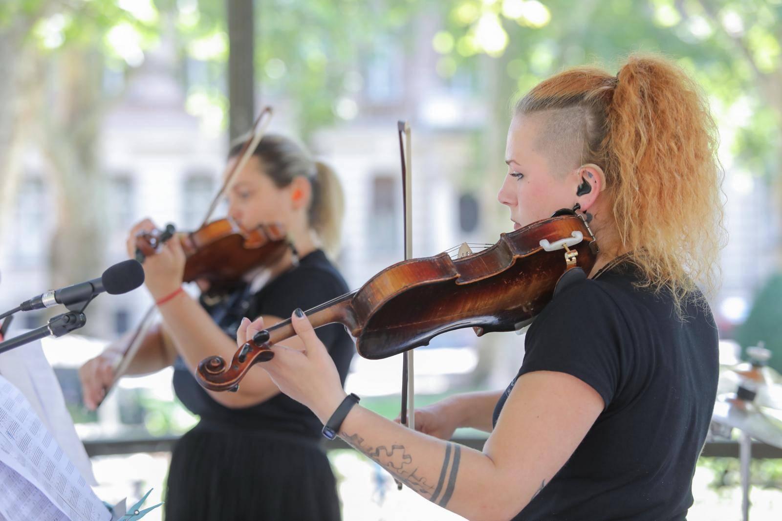 Zagreb: Gluhe violinistice svirale za građane u paviljonu na Zrinjevcu