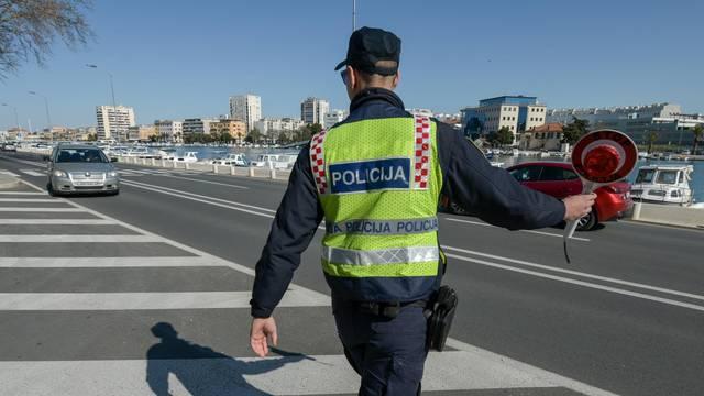 Zadarska policija u akciji povodom Dana žena zaustavlja sudionice u prometu i daruje ih ružama