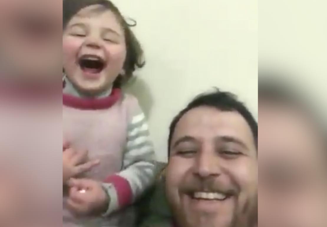 Tata zna znanje: Uči svoju kćer da se smije dok padaju bombe