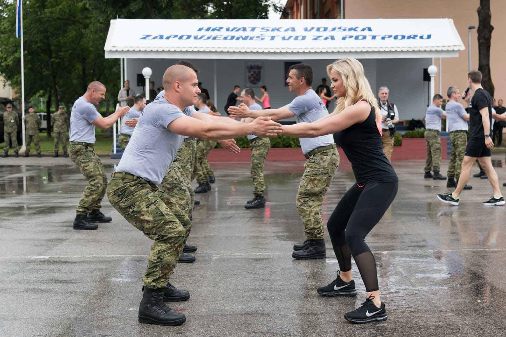 Više od 300 vojnika u Zagrebu vježbalo je s Renatom Sopek!