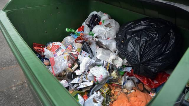 Smušeni Egipćanin  22.000 eura bacio je u kantu za smeće...