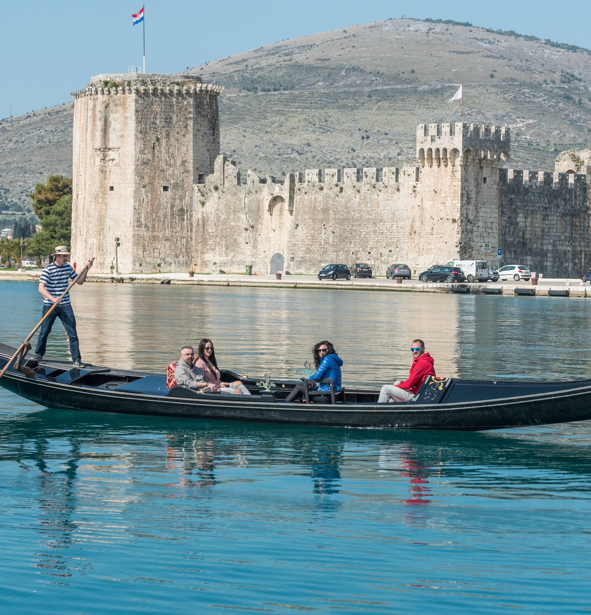 Ne, ovo nije Venecija: Gondola sada vozi i trogirskim kanalom