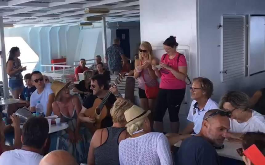 Oliveru zapjevali 'Kad mi dođeš ti' na trajektu Vela Luka - Split