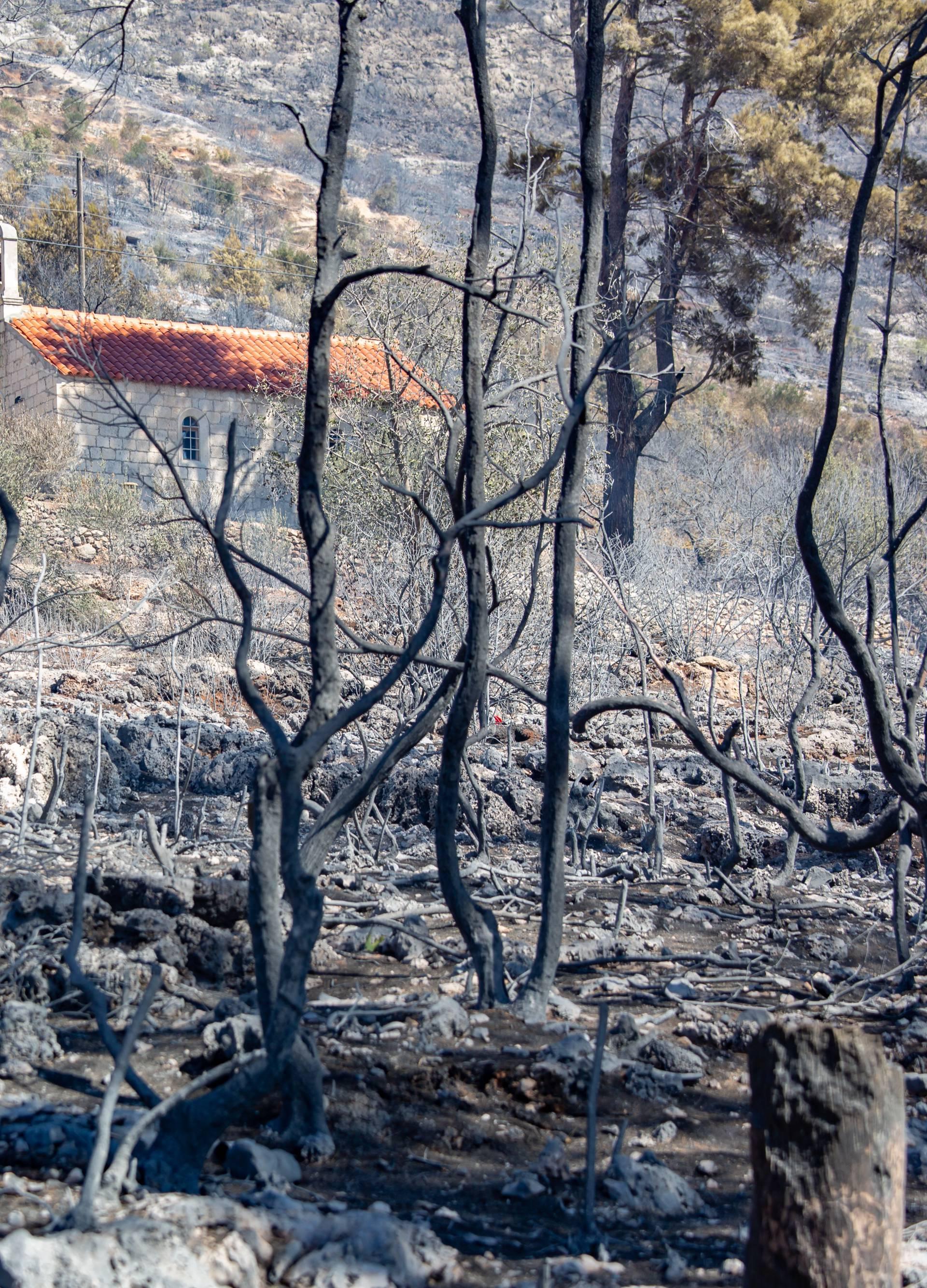 Pelješac: Zgarišta na mjestima koje je poharao veliki požar na poluotoku