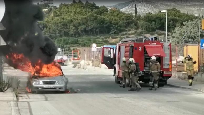 VIDEO Izgorio Mercedes u Splitu: 'Mladići su vidjeli dim dok su se vozili, istrčali su van'