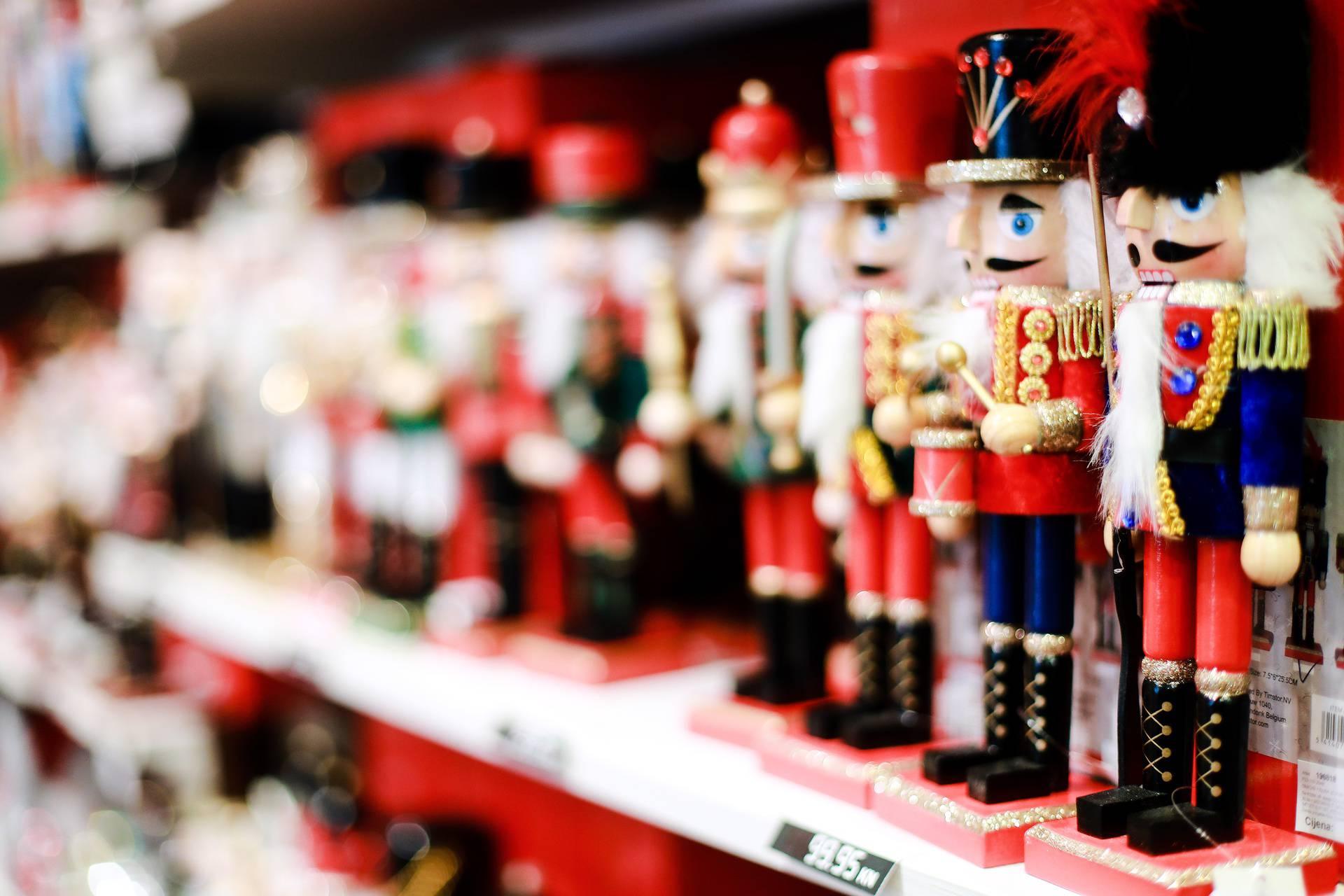 Božićni duh stigao u Zagreb, trgovine već uredile svoje izloge