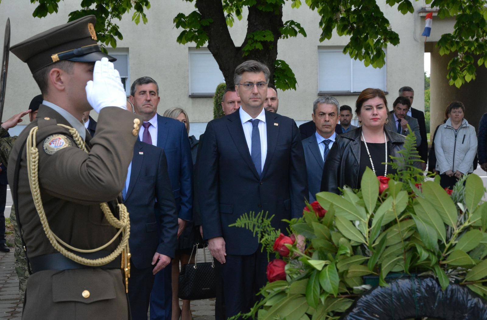 Plenković položio vijenac na spomen-obilježje u Okučanima