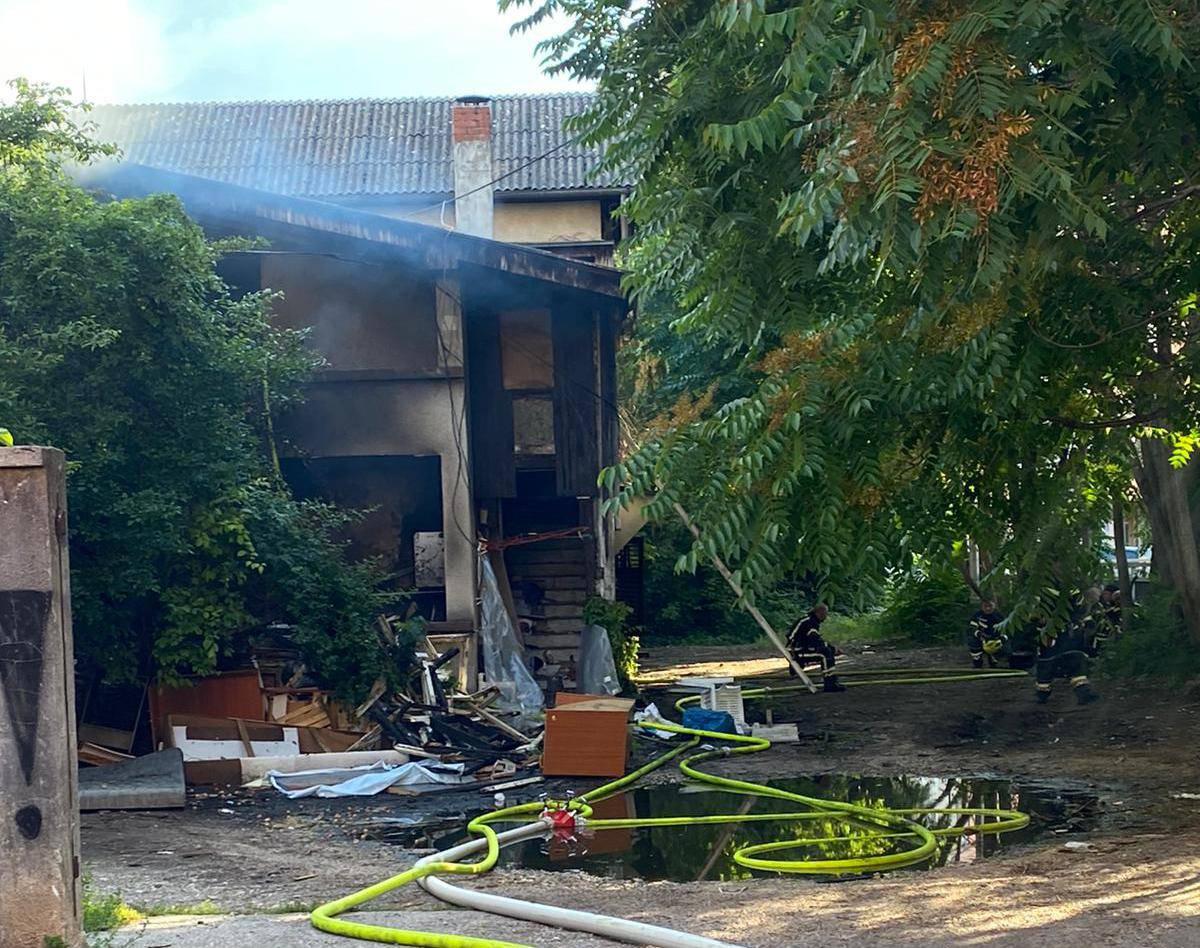 Po treći put gori napuštena kuća na Trešnjevci, sve se zadimilo...