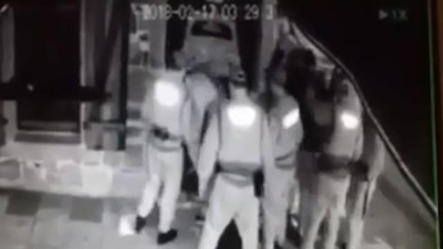 Policajci tukli mladiće, bacali ih na pločnik, tukli im glave o zid