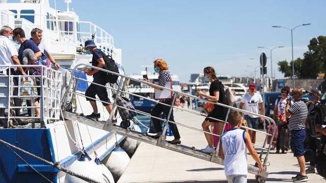 Zadar: Građani i turisti pridržavaju se novih mjera noseći maske