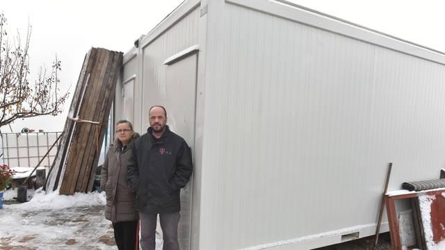 Trojčeki iz Čučerja dobili još dva kontejnera: 'Do tuša kroz zimu'
