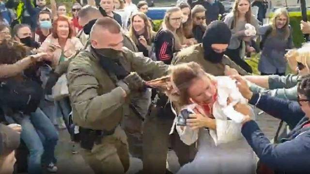Bjeloruske žene trgale su maske nasilnim režimskim policajcima