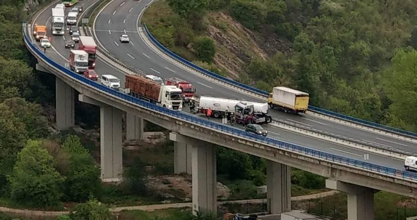 Izbjegnuta tragedija: Cisterna 'zaplesala' i stala nasred ceste