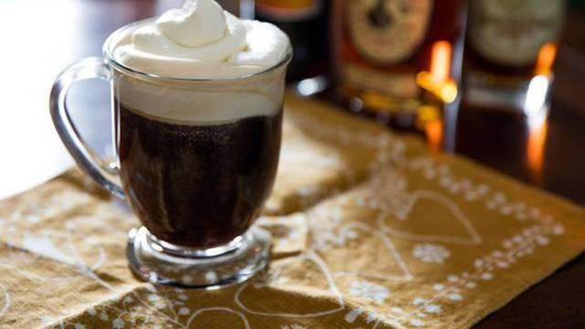 Irish coffee u samo par minuta,  a radi se od svega 4 sastojka