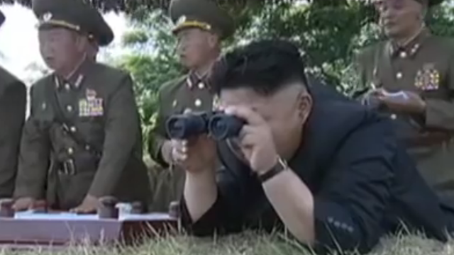 Bizarna propaganda: Kim Jong Un se smije, naređuje i pilotira