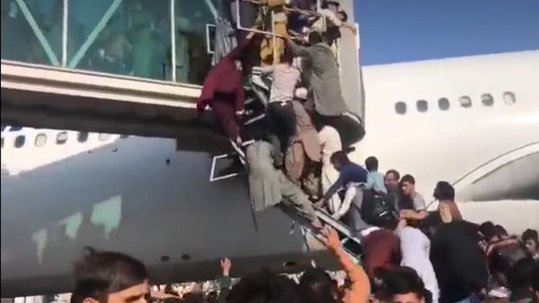 Dramatične snimke iz Kabula: Američki vojnici pucali u zrak, a ljudi se penju na avione