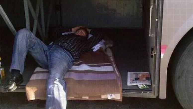 I u prtljažniku busa može se naspavati kao u krevetu