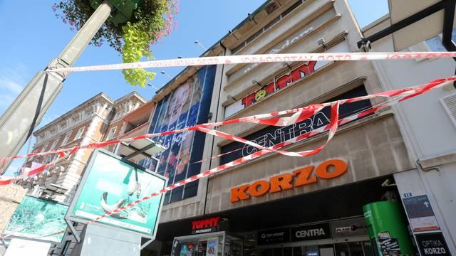Dio Korza ograđen zbog opasnosti od novog odlomljavanja dijelova terase na krovu
