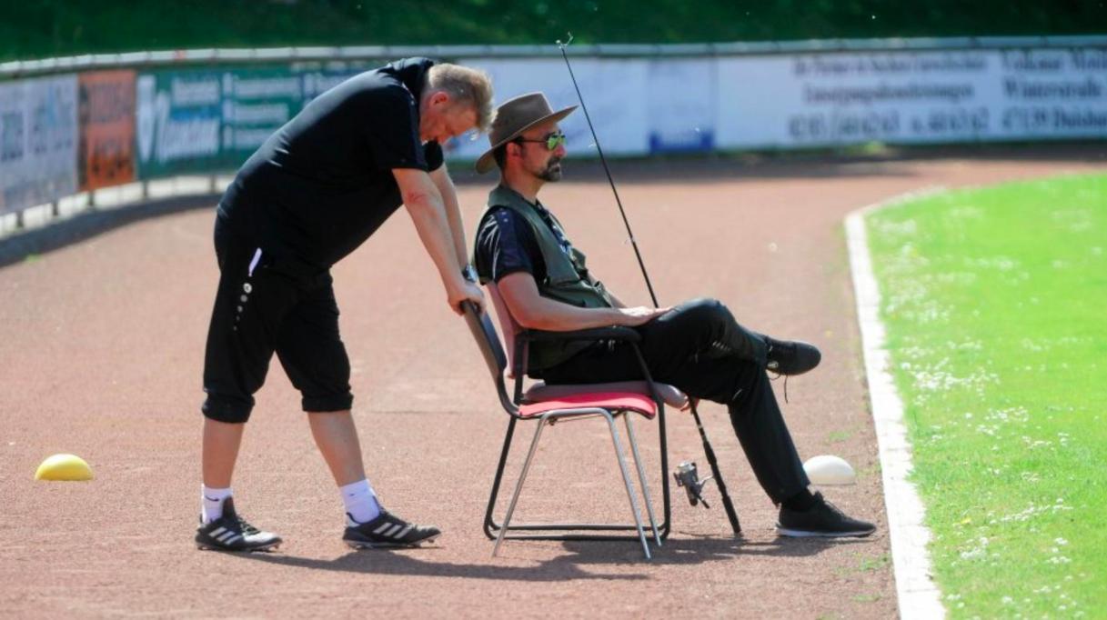 Trener došao voditi utakmicu s ribičkim štapom i šeširom!?