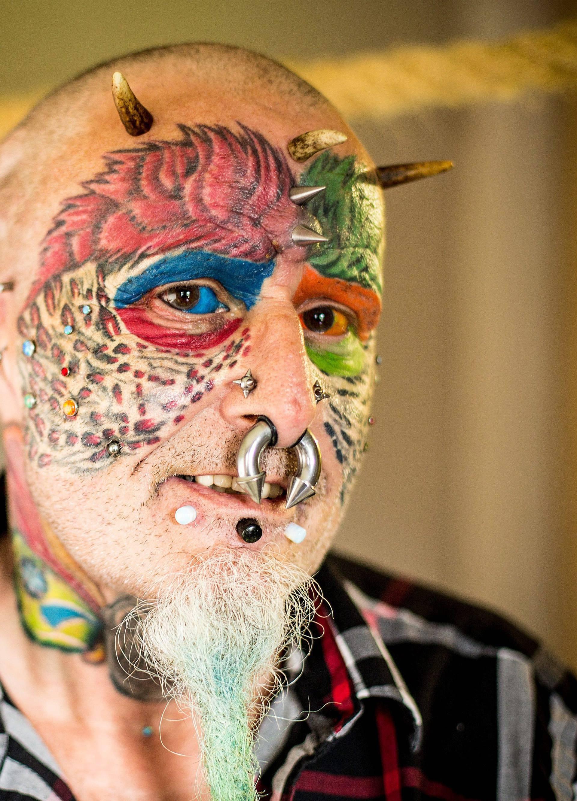 Želi izgledati kao papiga: 110 tetovaža, a uši si je odstranio