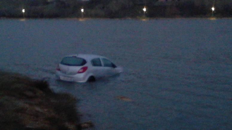 Pag: Vozača iznenadio led, automobil je 'sparkirao' u more