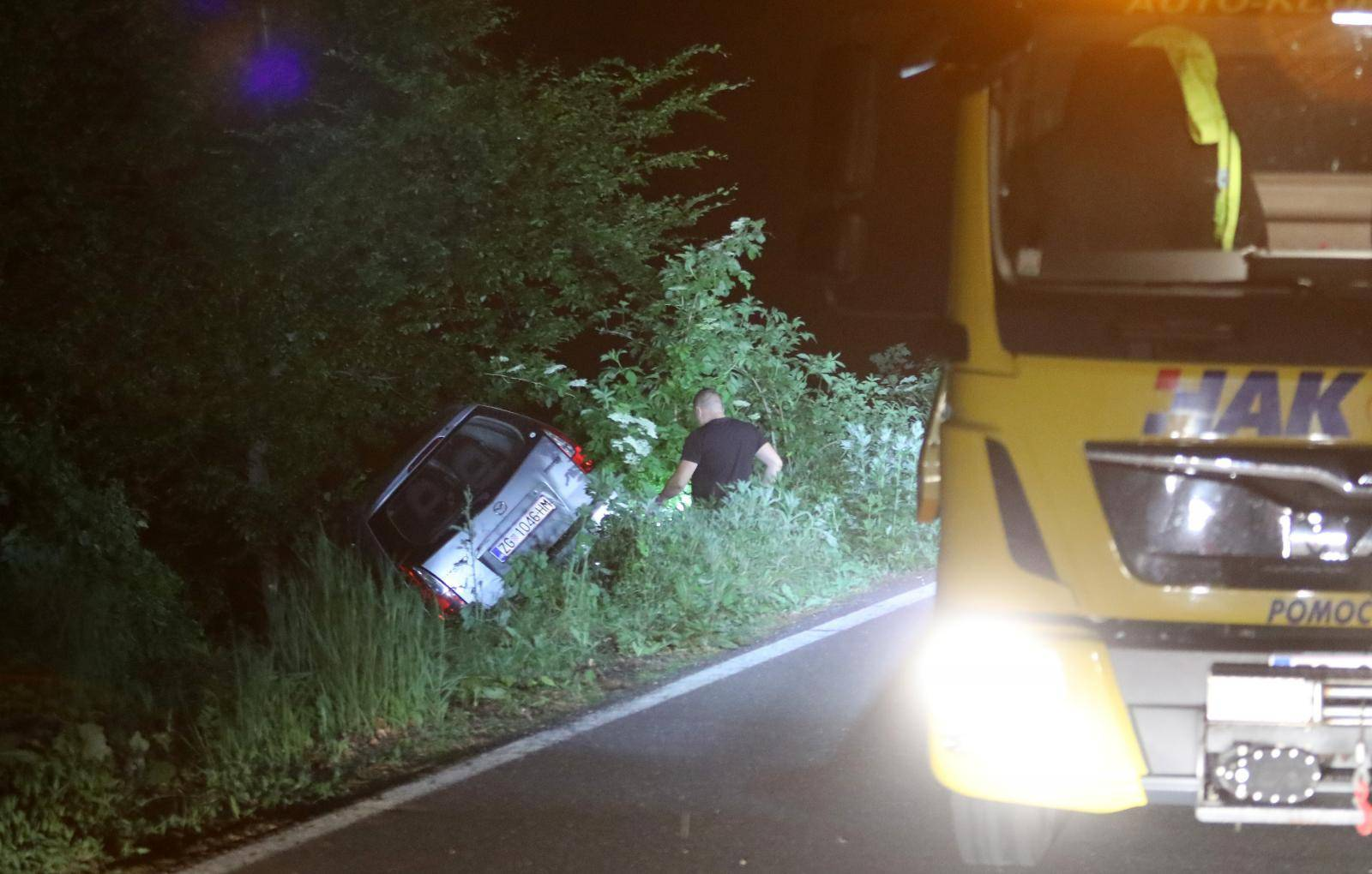 Zagreb: Izvlačenja automobila koji je sletio sa Sljemenske ceste