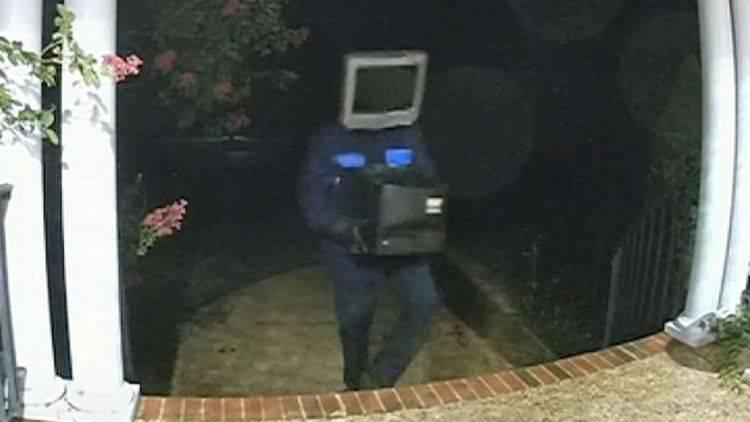 Misteriozni čovjek s TV-om na glavi ljudima donosi televizore