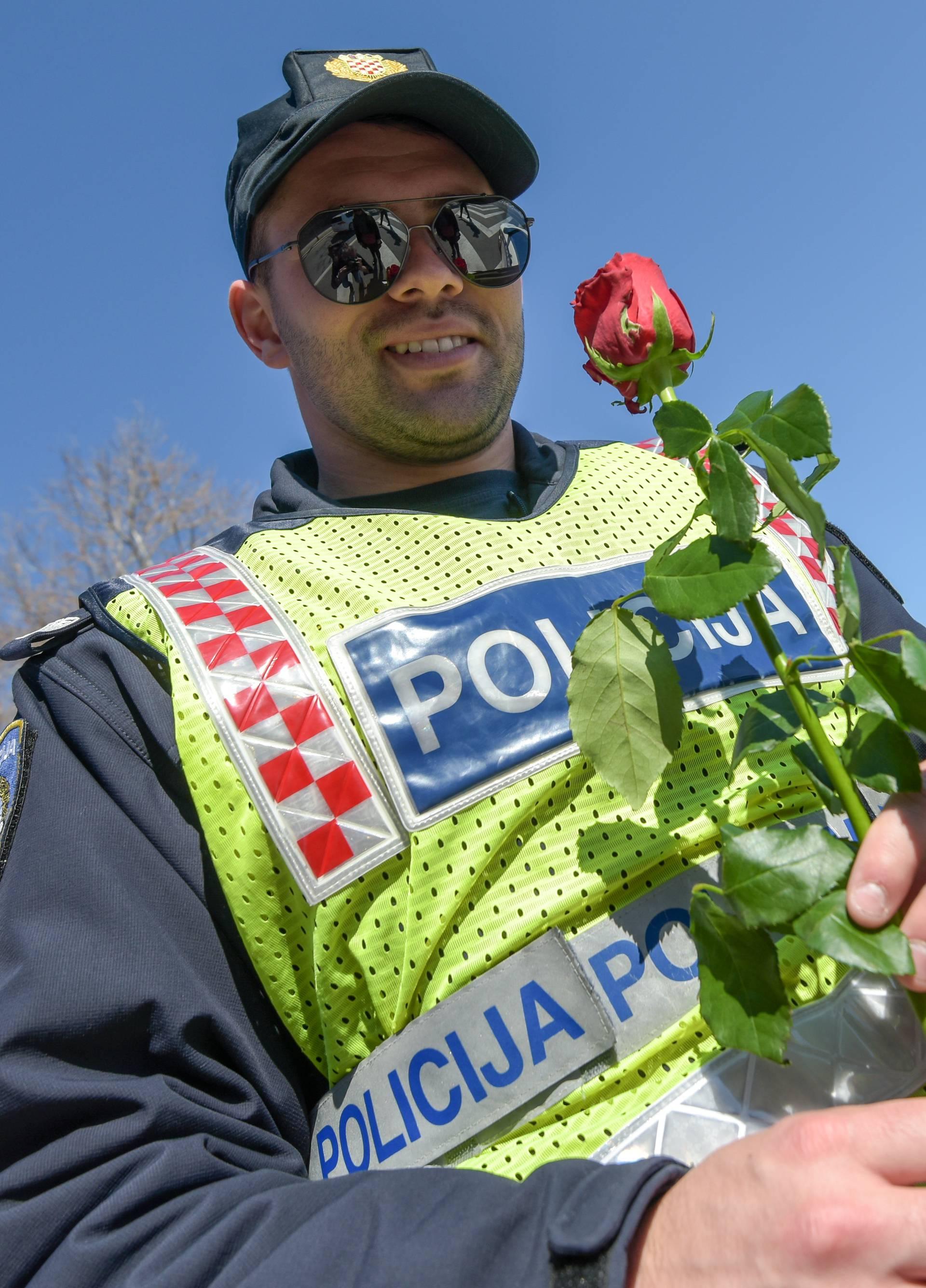 Policajci u Zadru i Šibeniku su zaustavljali žene i darivali ruže