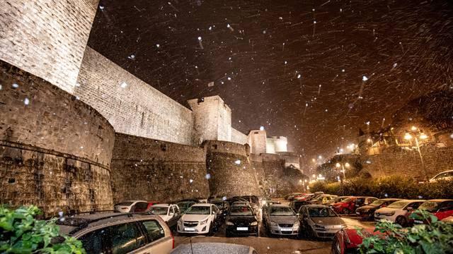 U Dubrovniku zalepršale prve snježne pahulje
