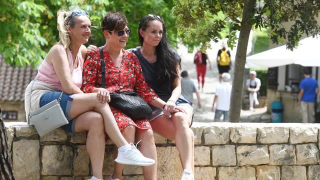 Brojni izletnici iskoristili lijepo vrijeme za uživanje u NP Krka
