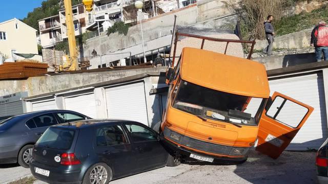 Šefe, popustila  ručna: Kamion pun šljunka srušio se na golf...