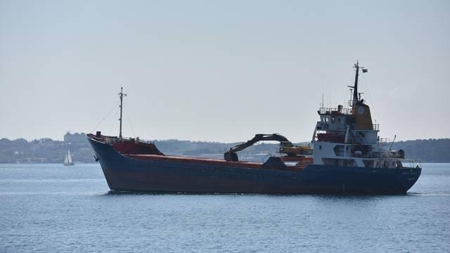 Štinjan: Teretni brod Agios Rafail pod grčkom zastavom udario pramcem u stijene