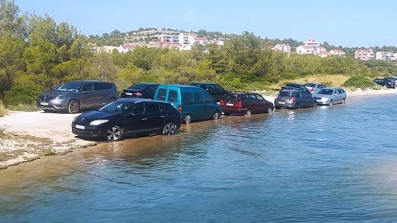 Genijalci u Šibeniku: 'Jesu li ovi parkirali ili peru aute mukte?!'