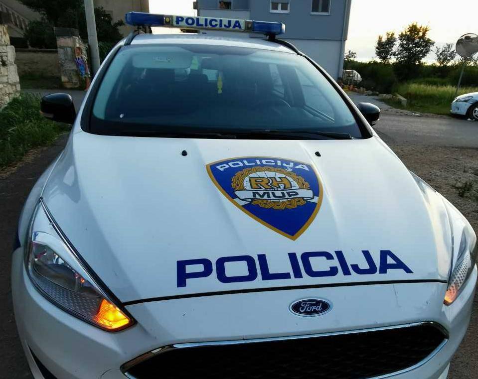 Zbog naočala lažnjaka policija je uhitila muškarca u Biogradu