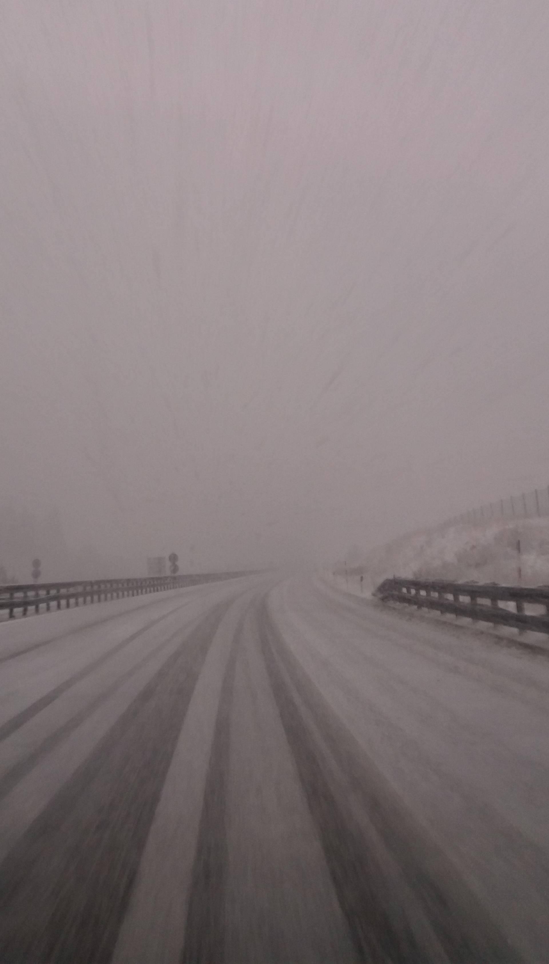 Snijeg otežava promet, tuča i grmljavina pogodili dio zemlje