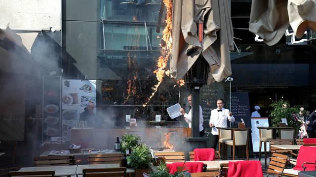 Zagreb: Vatreno na Cvjetnom trgu - zapalio se suncobran restorana, nasreću nema ozlijeđenih