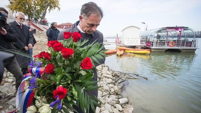 Vukovar: Milorad Pupovac položio vijenac u rijeku Dunav
