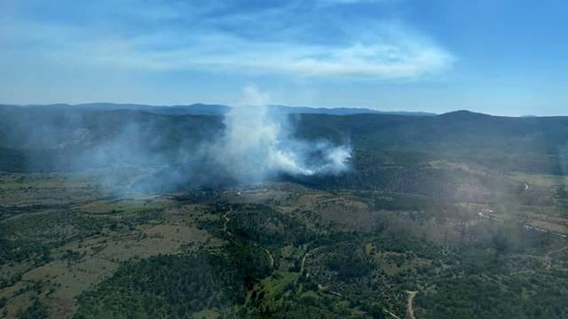 Lokalizirali požar kod Muća: Na požarištu će dežurati vatrogasci