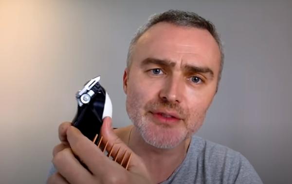 Frizer slavnih pokazao kako si dečki mogu sami skratiti kosu