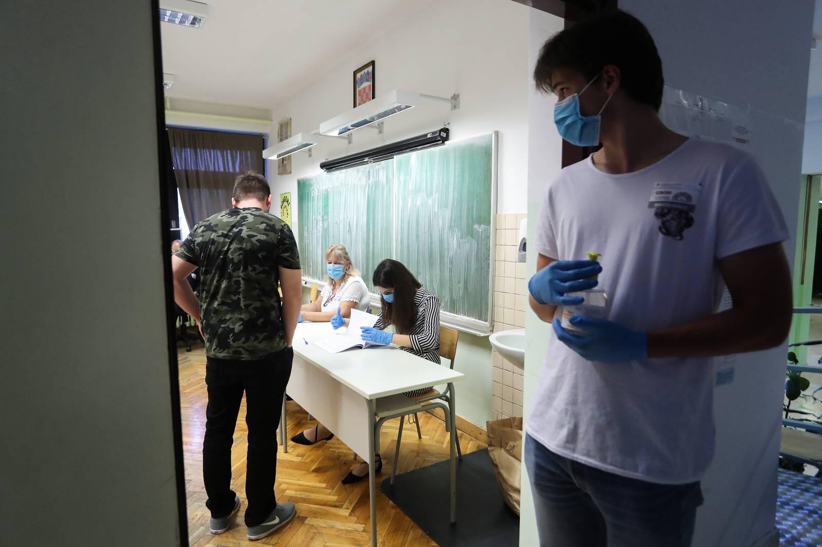 Zagreb: Građani izlaze na birališta na biračkom mjestu u OŠ Medvedgrad