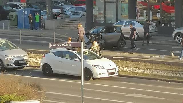 Sudar u Zagrebu: Smart je smrskan, uništili su i stanicu
