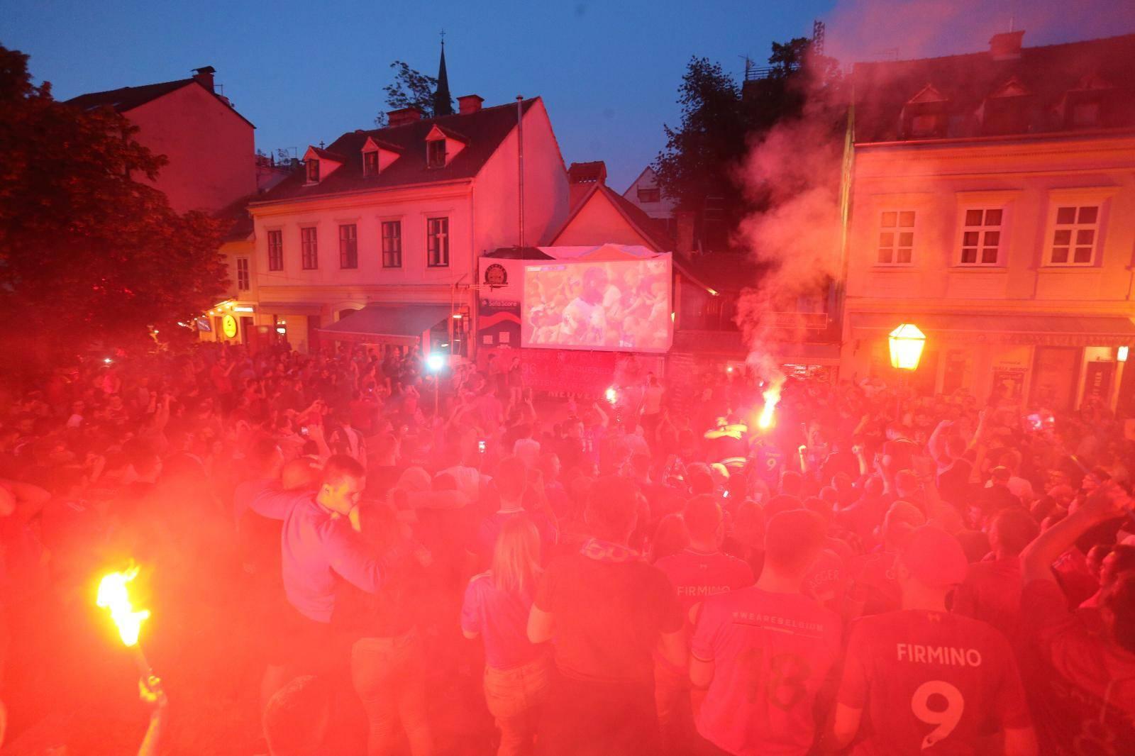 Zagreb: Navijači Liverpoola u Tkalči prate utakmicu Lige prvaka protiv Totenhama